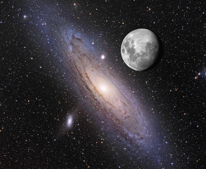 M31 Montagem da foto da galáxia Andrômeda, M31, que tem B=3,4, declinação de +41° e está a 2,2 milhões de anos-luz de nós, 190′×60′, vr=-300 km/s, z=-0.001, com a imagem da Lua na mesma escala, mas a Lua é 1,5 milhão de vezes mais brilhante (15,5 magnitudes). A Lua não passa próxima da posição da galáxia no céu. A galáxia M 110, sua satélite, está na parte inferior. ©Adam Block e Tim Puckett. O primeiro registro conhecido da galáxia é do ano 905 d.C., pelo astrônomo persa Abd Al-Rahman Al Sufi (903-986).