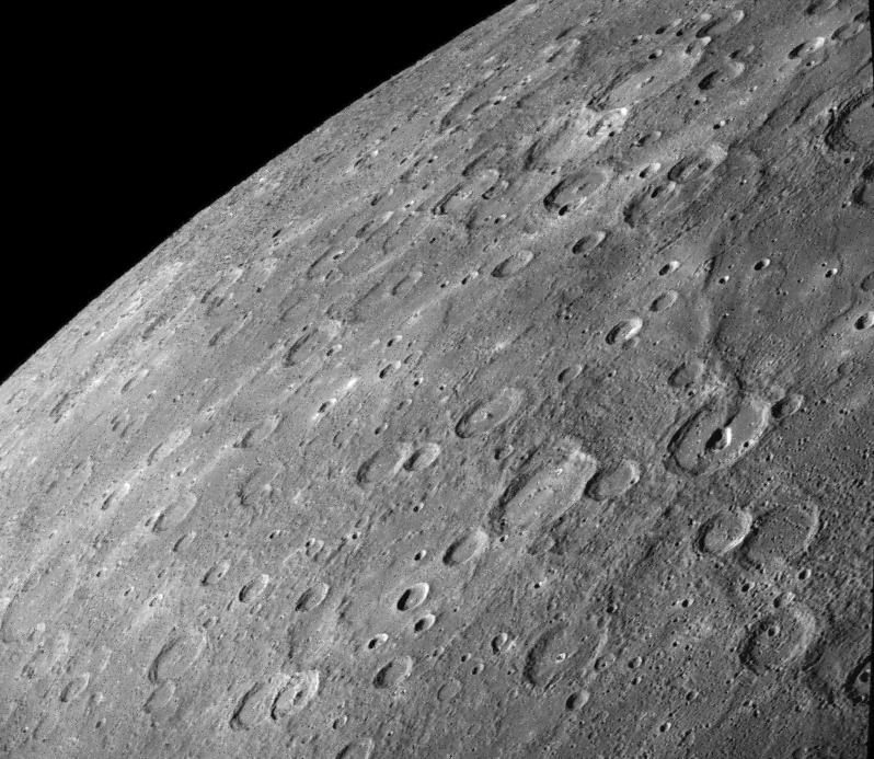 Escarpa Antoniadi:Esta é a imagem de uma escarpa de 450 km chamada Antoniadi. Ela está localizada na margem direita da fotografia, e atravessa uma grande cratera com 80 km aproximadamente na metade. Ela atravessa planos suaves ao norte e planos inter-crateras ao Sul [Strom et al., 1975]. (Crédito: Calvin J. Hamilton; FDS 27325)