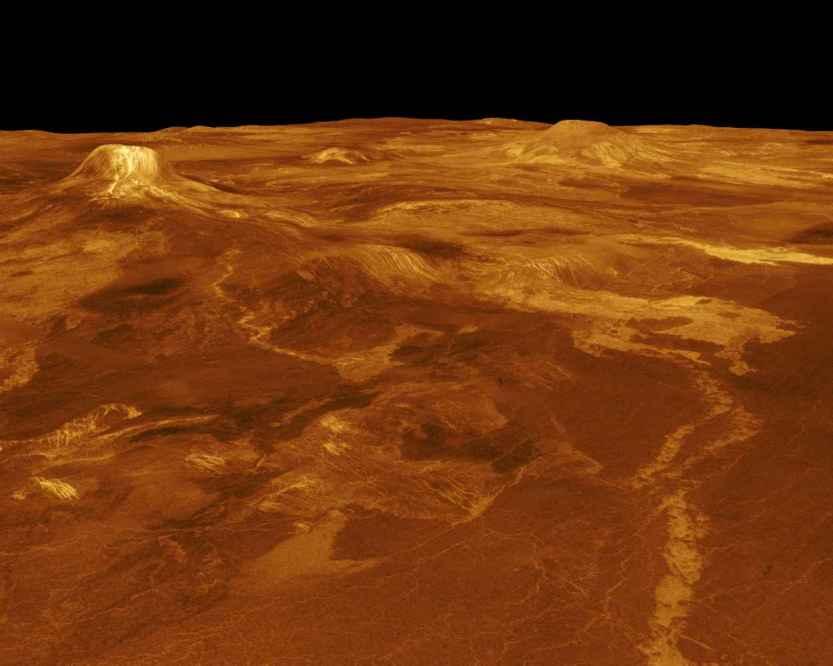 Eistla Regio  Uma parte de Eistla Regio é mostrada nesta imagem tridimensional, em perspectiva, da superfície de Vénus. O ponto de vista está localizado a 1.100 quilómetros a Noroeste de Gula Mons, numa elevação de 7,5 quilómetros. Correntes de lava estendem-se por centenas de quilômetros pelas planícies fracturadas, em primeiro plano, até à base de Gula Mons. Esta imagem mostra o Sudoeste com Gula Mons aparecendo à esquerda, logo abaixo da linha de horizonte. Sif Mons aparece à direita de Gula Mons. A distância entre Sif Mons e Gula Mons é de, aproximadamente, 730 quilómetros. (Cortesia NASA/JPL)