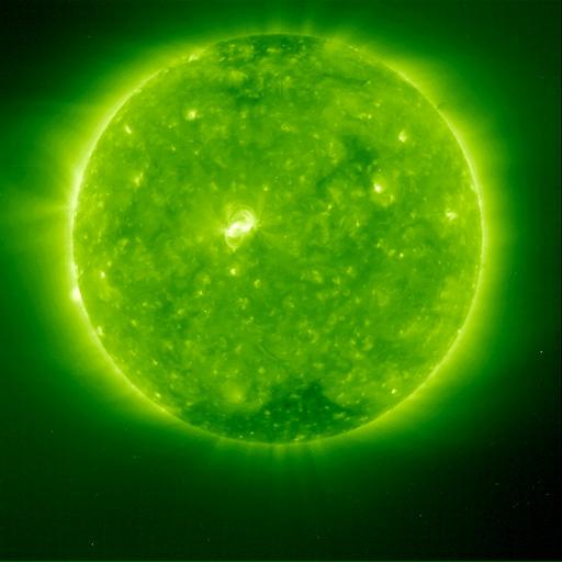 Nova aparência do Sol: Esta imagem de gás a 1.500.000°C na camada externa, rarefeita (coroa) da atmosfera do Sol foi obtida em 13 de março de 1996 pelo Extreme Ultraviolet Imaging Telescope a bordo da espaçonave Solar and Heliospheric Observatory (SOHO). Cada elemento da imagem traça uma estrutura do campo magnético. Em virtude da alta qualidade do instrumento, mais detalhes do campo magnético podem ser vistos do que em qualquer outra imagem. (Cortesia ESA/NASA)