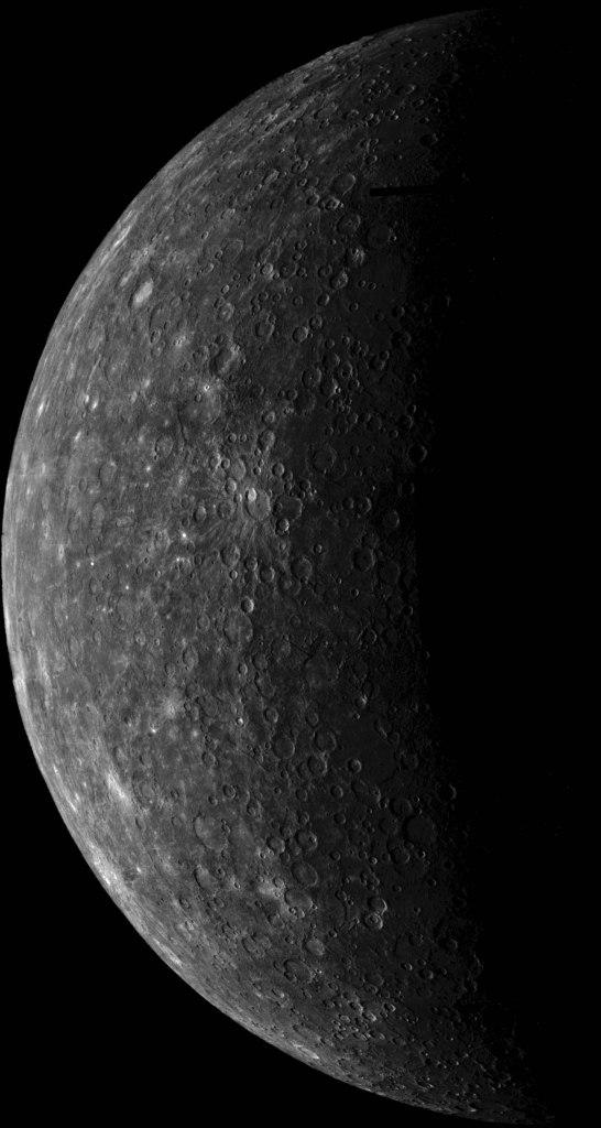 Chegando a Mercúrio:Este mosaico de Mercúrio foi construído a partir de fotos obtidas pela Mariner 10 seis horas antes da espaçonave passar pelo planeta em 29 de março de 1974. Estas imagens foram obtidas de uma distância de 5.380.000 km. (Cortesia Calvin J. Hamilton, USGS, and NASA)