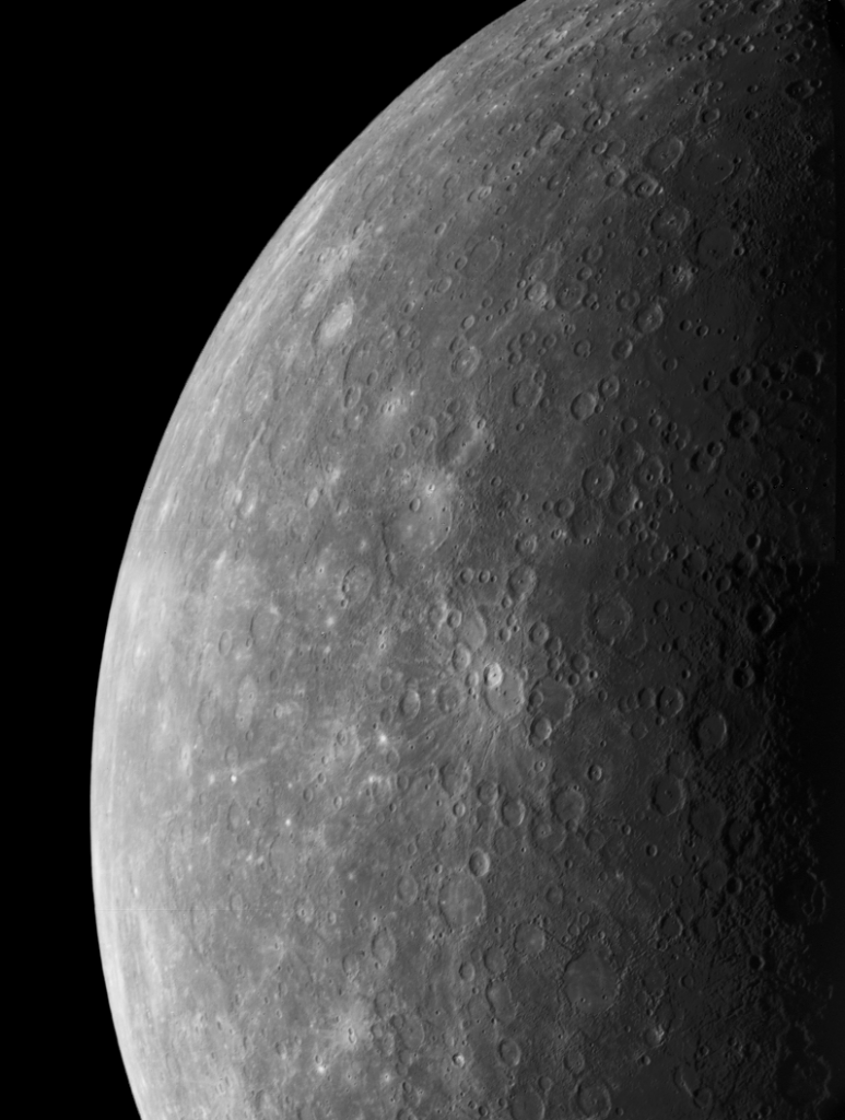 Mercúrio:Estes dois (FDS 26850, 26856) mosaicos de Mercúrio foram construídos com fotos obtidas pela Mariner 10 lgumas horas antes da espaçonave passar pelo primeiro e mais próximo encontro com o planeta em 29 de março de 1974. (Cortesia: Calvin J. Hamilton)