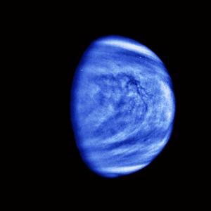 Fotografia de alto contraste e com filtro ultravioleta tirada pela sonda Galileu em direção ao planeta Júpiter na década 1990 durante um sobrevoo por Vênus.