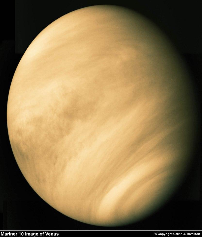Imagem de Vênus pela Mariner 10  Esta bonita imagem de Vênus é um mosaico de três imagens tiradas pela Mariner 10 em 5 de Fevereiro de 1974. Mostra-nos a espessa cobertura de nuvens que impede a observação óptica da superfície de Vênus. Somente através do mapeamento por radar é que a superfície se revela. (Copyright Calvin J. Hamilton)