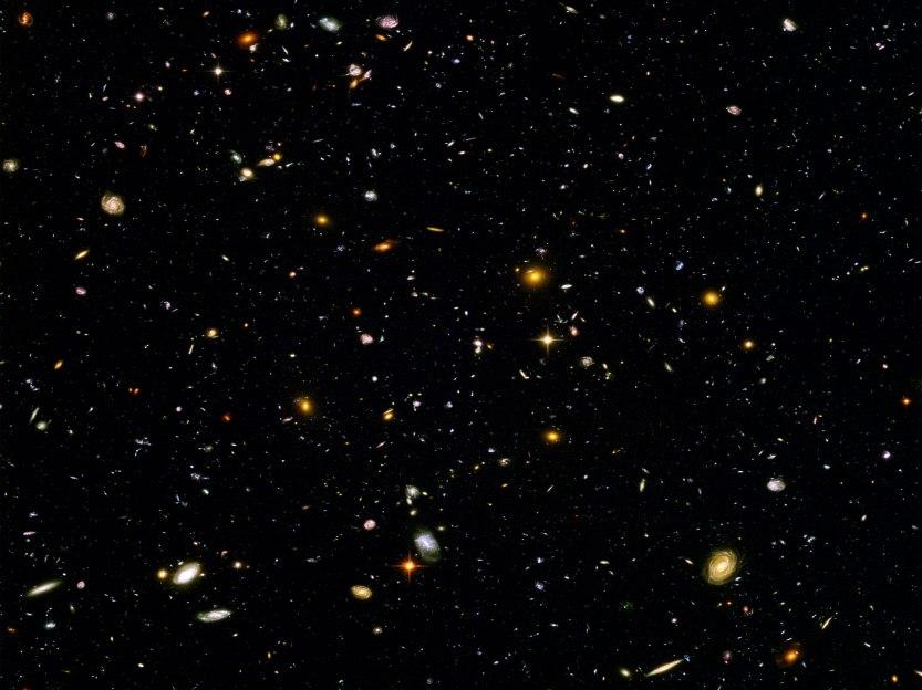 Imagem obtida pelo Telescópio Espacial Hubble mantendo a câmara aberta por 10 dias em uma região aparentemente sem estrelas do céu.