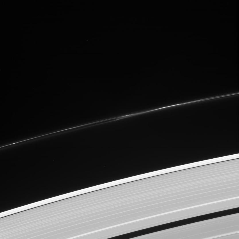O Sol, visto como um ponto de luz brilhante no canto inferior direito desta imagem , brilha através de um anel externo de Saturno. Os cientistas podem usar esta ocultação estelar planejado para observar as estruturas dentro dos anéis e da variação das estruturas por localização . A sonda Cassini tirou a imagem em luz visível em 08 de outubro de 2013 .