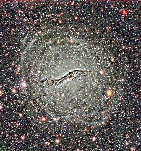 Imagem da galáxia peculiar Centauro A, obtida no Cerro Tololo Interamerican Observatory, mostrando um grande anel de massa em torno da galáxia.