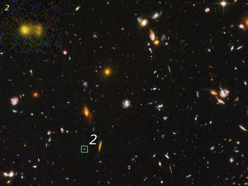 Galáxias em formação no universo jovem. O objeto marcado com o número 2 está ampliado no canto superior esquerdo da figura, mostrando tratar-se de duas pequenas galáxias se juntando para formar uma galáxia maior. O redshift desse objeto é z=4,88, indicando que sua idade é menos da metade da idade atual do universo. [Crédito: NASA, ESA e N. Pirzkal STScI/ESA) et al.]